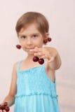 Mała dziewczynka z słodkimi wiśniami Fotografia Royalty Free