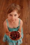 Mała dziewczynka z słodkimi wiśniami Obraz Royalty Free