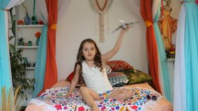 Mała Dziewczynka z samolotem w arabskim wnętrzu zbiory