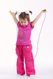 Mała dziewczynka z skok arkaną na bielu zdjęcia royalty free