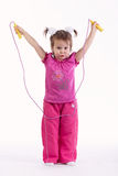 Mała dziewczynka z skok arkaną na bielu fotografia stock