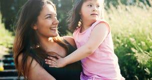 Mała dziewczynka z specjalnymi potrzebami cieszy się wydający czas z matką zdjęcia royalty free