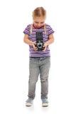Mała dziewczynka z starą kamerą. Obrazy Royalty Free