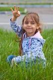 Mała dziewczynka z stosem w ręce Obrazy Royalty Free