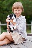 Mała dziewczynka z szczeniakiem obraz stock