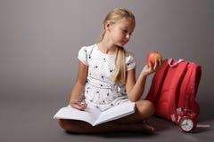 Mała dziewczynka z szkłami i plecakiem zdjęcie stock