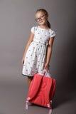 Mała dziewczynka z szkłami i plecakiem Obraz Stock