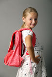 Mała dziewczynka z szkłami i plecakiem zdjęcia royalty free