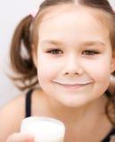 Mała dziewczynka z szkłem mleko Obrazy Royalty Free