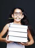 Mała dziewczynka z szkieł i ołówków chwytów książkami Obraz Royalty Free