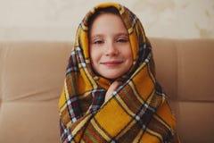 Mała dziewczynka z szkocką kratą w domu fotografia stock