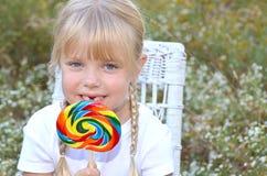 Mała dziewczynka z tęcza lizakiem Obrazy Royalty Free