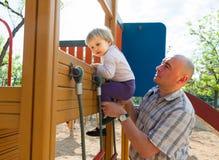 Mała dziewczynka z tata na boisku zdjęcie stock