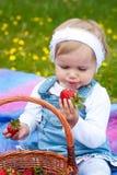 Mała dziewczynka z truskawką Obrazy Stock