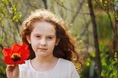 Mała dziewczynka z tulipanowym kwiatem, lata tło zdjęcie stock