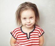 Mała dziewczynka z upaćkanym włosy i spokojnym twarzy wyrażeniem Fotografia Royalty Free