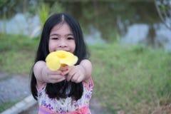 Mała dziewczynka z wiązką żółci tulipany outdoors Fotografia Royalty Free