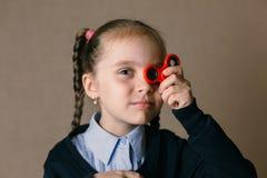 Mała dziewczynka z wiercipięta kądziołkiem trzymał do jego oczu obraz royalty free