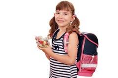 Mała dziewczynka z zdrowym śniadaniem i szkolną torbą Zdjęcia Stock