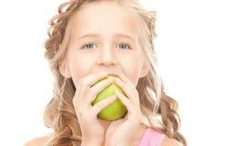 Mała dziewczynka z zielonym jabłkiem Obrazy Stock
