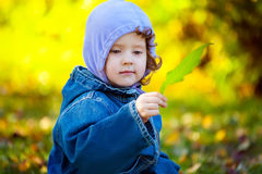 Mała dziewczynka z zielonymi liśćmi Obraz Royalty Free