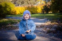 Mała dziewczynka z zielonymi liśćmi Zdjęcie Royalty Free