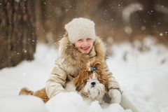 Mała dziewczynka z zwierzę domowe psem dla spaceru obraz stock