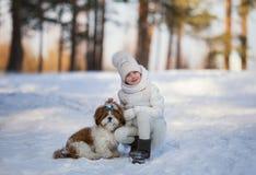 Mała dziewczynka z zwierzę domowe psem dla spaceru obraz royalty free