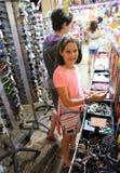 Mała dziewczynka zakupu przedmiot obraz stock