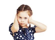 Mała dziewczynka zamykał jej ucho z rękami i no chce słucha zdjęcie royalty free