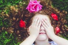 Mała dziewczynka zamykająca twarz z jej rękami, płacze obraz stock