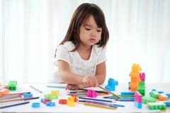 Mała Dziewczynka Zawijająca up w rysunku zdjęcia stock