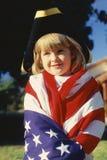 Mała Dziewczynka Zawijająca w USA flaga zdjęcia stock