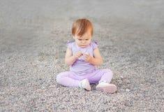Mała dziewczynka zna świat, spojrzenia przy kamieniem z enthu zdjęcia stock