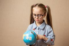 mała dziewczyny kula ziemska jest edukacja starego odizolowane pojęcia Obraz Stock