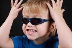 Mała emocjonalna chłopiec z okularami przeciwsłonecznymi fotografia royalty free