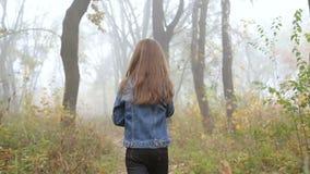 Mała Europejska dziewczyna z długie włosy, niebieską marynarką, czarnymi spodniami, sneakers i niebieskimi oczami, Scarried małe  zbiory wideo