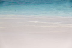 Mała falowa rolka w białą piasek plażę Fotografia Stock