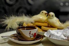 Mała filiżanka gorąca turecka kawa z ciastkami na stole zdjęcie stock