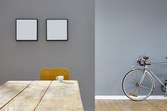 Mała filiżanka w rocznik scenerii stołu wewnętrznych opanowanych ramach i drogowym rowerze Obraz Stock