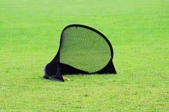 Mała futbolowa brama dla trenować dzieciaków sporty futbolowi w stadium z zieloną gazon trawą Fotografia Stock