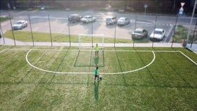 Mała gracz futbolu kopania piłki nożnej piłka bramy zbiory