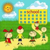 Mała grupa dzieci blisko szkoły Obrazy Royalty Free