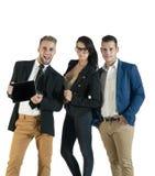 Mała grupa młodzi ludzie biznesu pracuje z cyfrową pastylką Zdjęcia Royalty Free