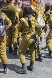 Mała grupa poza służbą żeńscy Izraelickiego wojska poborowi z śmiechem wpólnie uzbrojony ochroniarz gadką przy Mahane Yehuda ulic zdjęcia stock