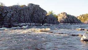 Mała halna rzeka Krajobraz z strumienia spływaniem między skałami Woda w górach Rzeczni gwałtowni zbiory