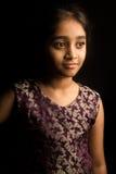 Mała Indiańska dziewczyna w tradycyjnej sukni, odosobnionej na czarnym tle Zdjęcia Royalty Free