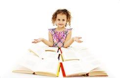 Mała kędzierzawa dziewczyna z otwartymi książkami Zdjęcia Stock