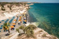 Mała Kalymnos plaża z pokładu few krzesłami, parasolami i, Cypr Zdjęcie Stock