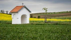Mała kaplica w wsi Spokój i pokojowy miejsce dla wszystkie przechodni fotografia stock